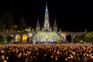 procession-aux-flambeaux-esplanade-rosaire-bd-2015-p-vincent-ot-lourdes